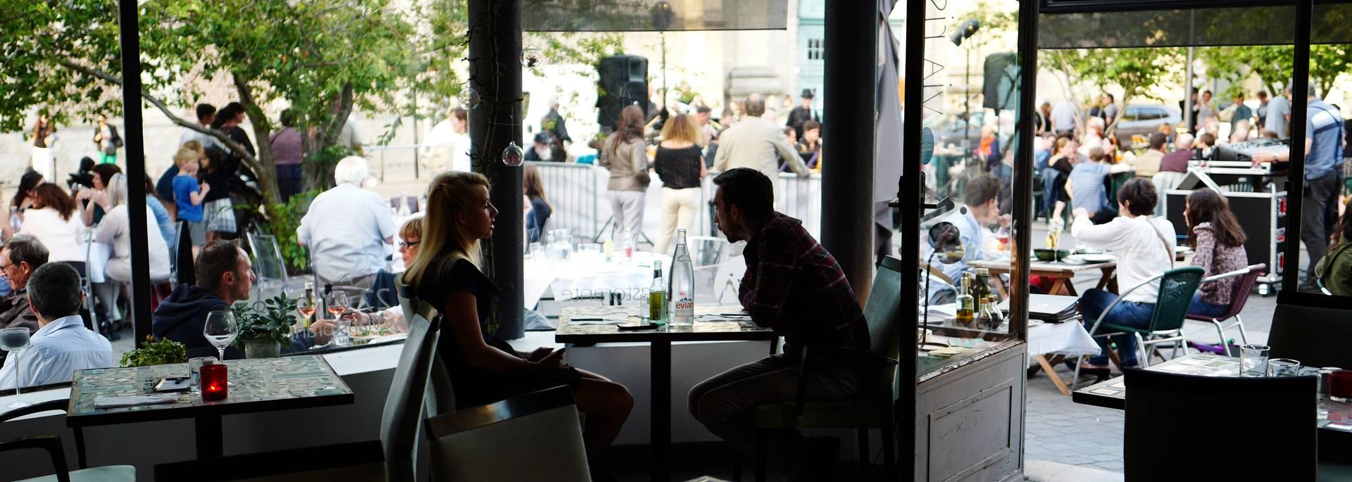 couple avec vue sur la place St Nicolas ©Manon Ledet