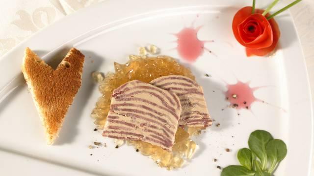 Dans l'atelier de fabrication des foies gras de Sébastien et Sylvain