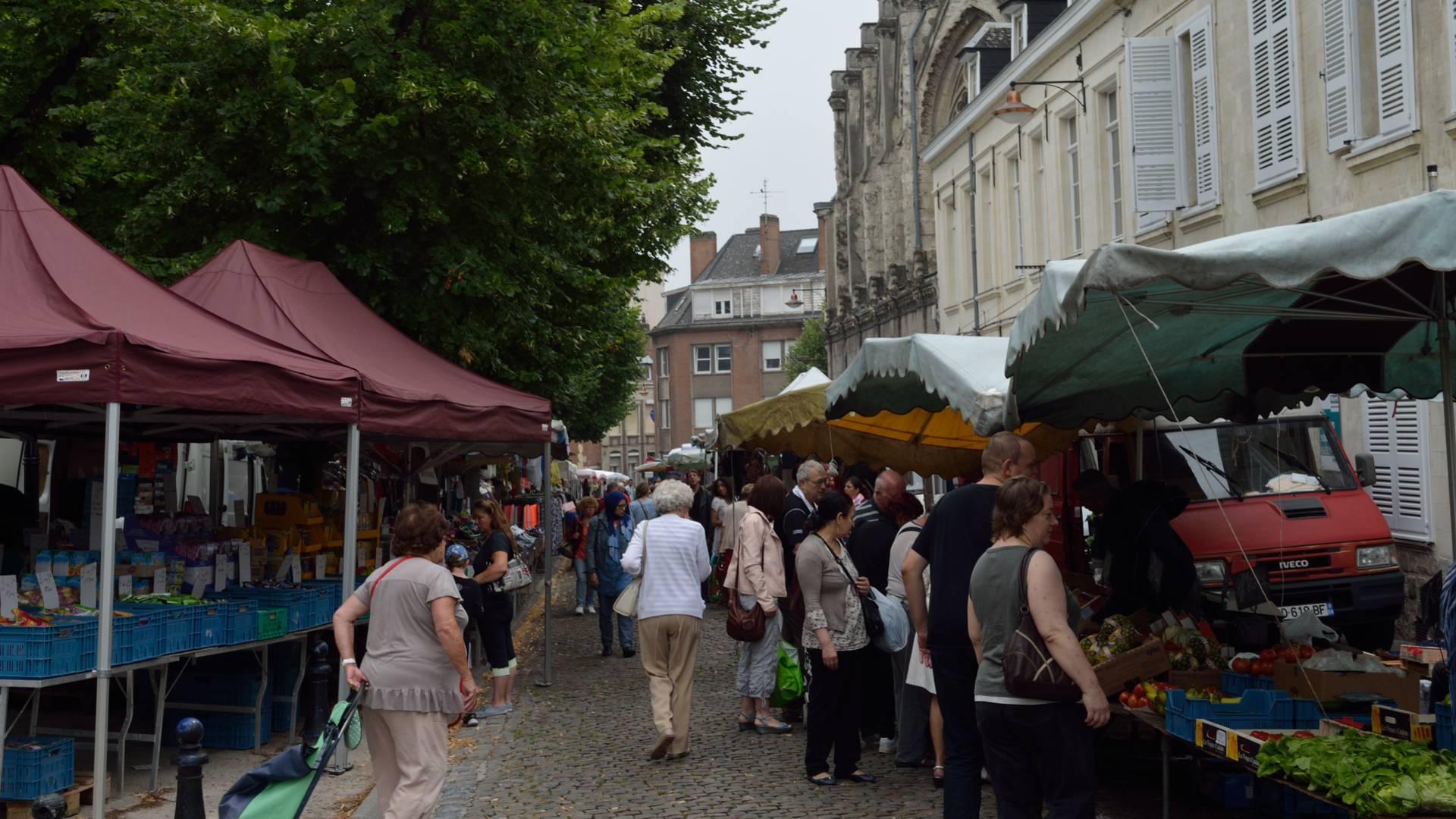 af471d8a779 Étals variés sur le marché de Valenciennes. Thierry Saiz Cametz. Les  producteurs locaux ...